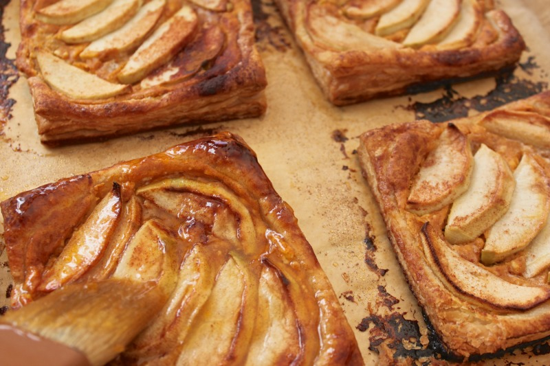 Tarte pumkin cream cheese with apples and apricot glaze